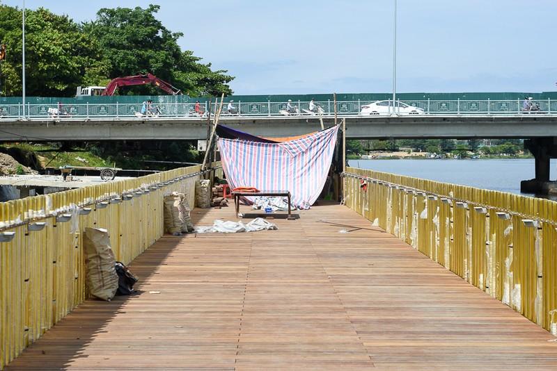 Cận cảnh con đường gỗ lim hàng chục tỉ bên sông Hương  - ảnh 9
