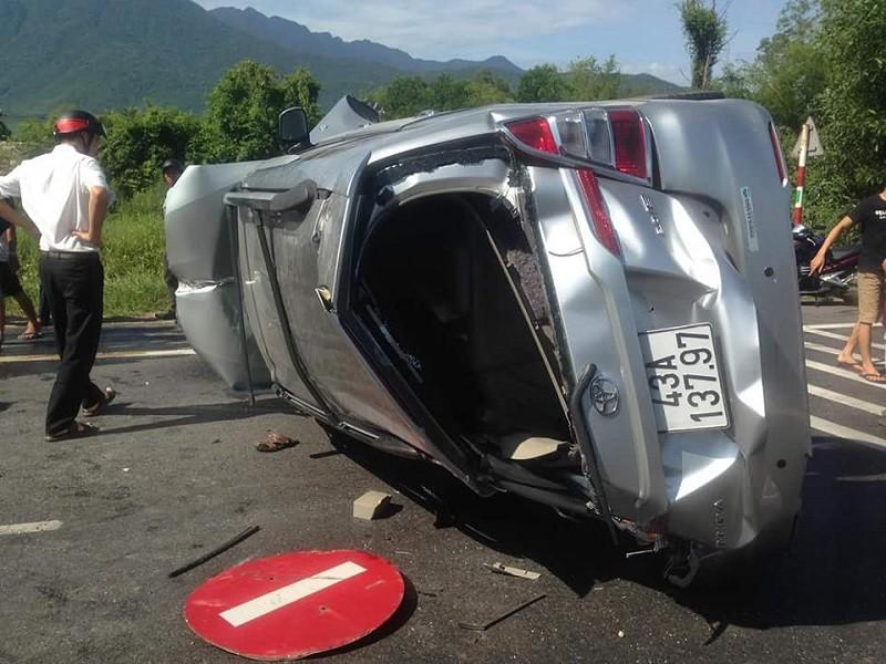 Phá cửa ô tô lật trên quốc lộ để cứu người - ảnh 2