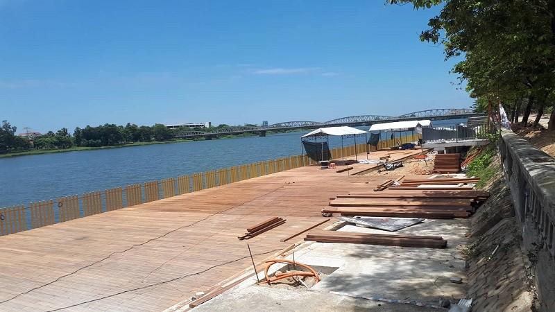 Đường đi bộ gỗ lim ở Huế xuất hiện nhiều vết nứt - ảnh 2
