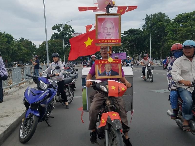 Độc chiêu cổ vũ Olympic Việt Nam của người đàn ông bán bánh mì - ảnh 1