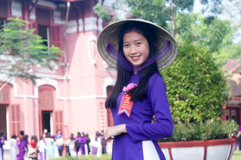 Chủ tịch tỉnh vận động giáo viên, nữ sinh Huế mặc áo dài - ảnh 2