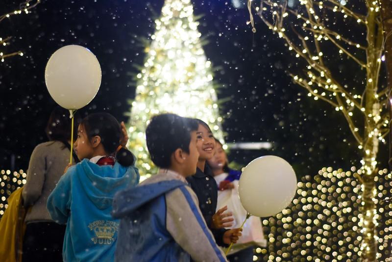 Giời trẻ thích thú check in với  'tuyết rơi' đêm giáng sinh - ảnh 3
