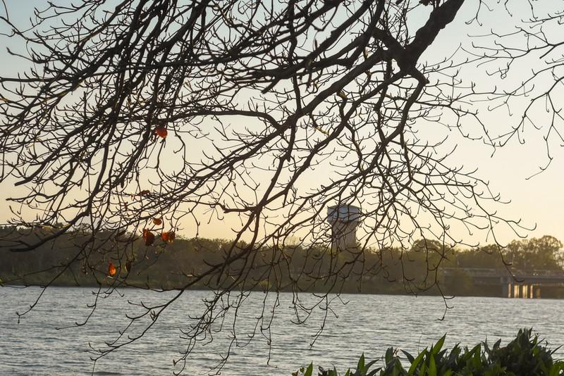 Xứ Huế đẹp nao lòng mùa cây bàng lá đỏ - ảnh 7