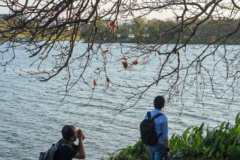 Xứ Huế đẹp nao lòng mùa cây bàng lá đỏ - ảnh 9