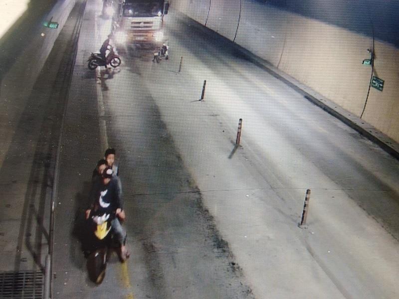 Nhóm người chặn, đập xe tải ở hầm Phước Tượng - ảnh 2