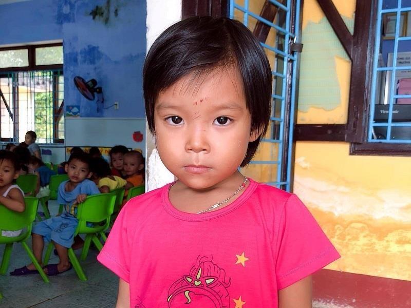Tìm người thân cho bé gái bị lạc trên bãi biển Thuận An - ảnh 1
