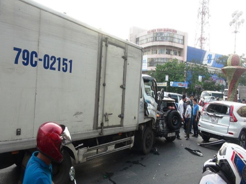 Xe tải lại tông hàng loạt xe dừng đèn đỏ - ảnh 1