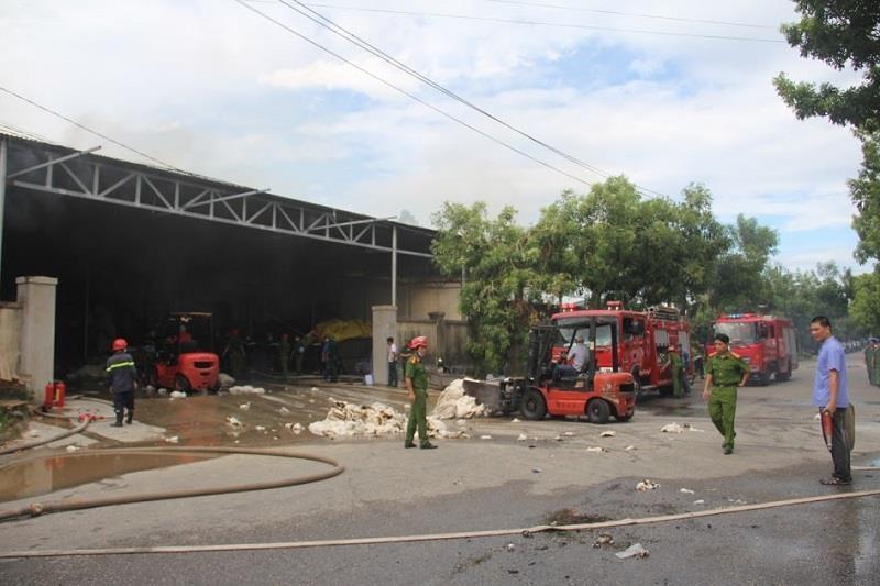 Kho nguyên liệu công ty sợi ở Thừa Thiên-Huế bốc cháy dữ  - ảnh 1