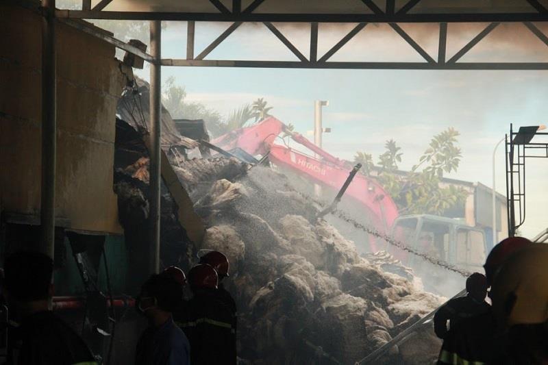 Kho nguyên liệu công ty sợi ở Thừa Thiên-Huế bốc cháy dữ  - ảnh 6