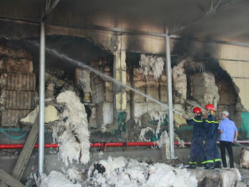 Kho nguyên liệu công ty sợi ở Thừa Thiên-Huế bốc cháy dữ  - ảnh 7