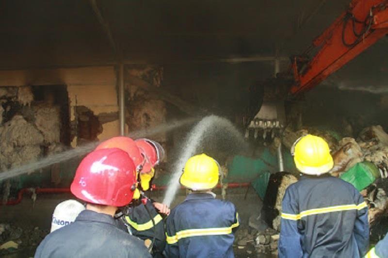 Kho nguyên liệu công ty sợi ở Thừa Thiên-Huế bốc cháy dữ  - ảnh 5