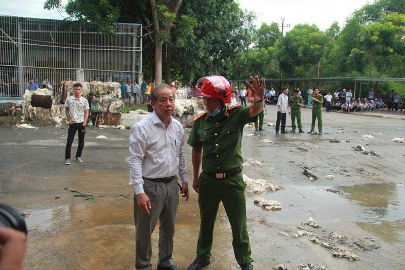 Kho nguyên liệu công ty sợi ở Thừa Thiên-Huế bốc cháy dữ  - ảnh 4