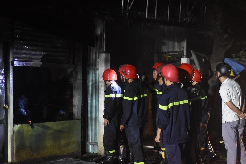 Xưởng gỗ, quán cafe ở Huế bốc cháy trong đêm - ảnh 1