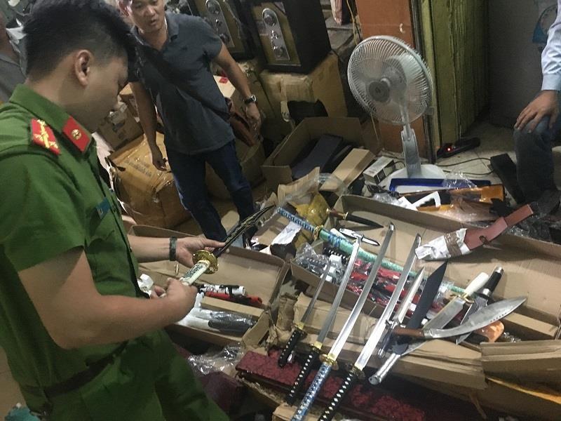 Ô tô chở đao, kiếm, dao găm... từ Hà Nội vào Nam - ảnh 1
