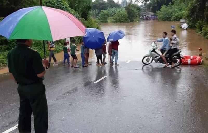 Lũ chia cắt nhiều nơi ở Quảng Bình, Quảng Trị - ảnh 1
