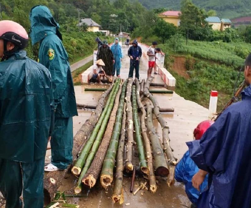 Lũ cuốn cầu trơ móng, nhiều nơi ở Quảng Trị vẫn chia cắt - ảnh 2