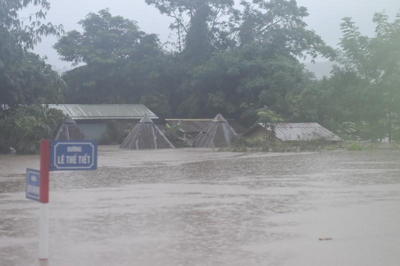 Lũ lịch sử, nhiều nơi ở thị trấn Lao Bảo vẫn chìm trong nước - ảnh 2