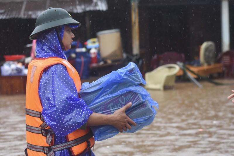 Lũ lịch sử, nhiều nơi ở thị trấn Lao Bảo vẫn chìm trong nước - ảnh 11