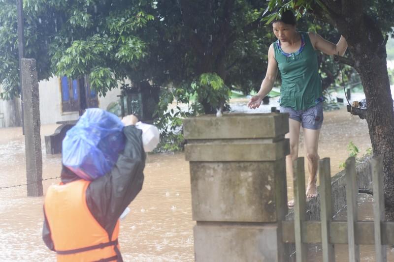 Lũ lịch sử, nhiều nơi ở thị trấn Lao Bảo vẫn chìm trong nước - ảnh 7