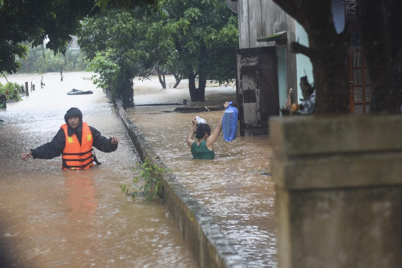 Lũ lịch sử, nhiều nơi ở thị trấn Lao Bảo vẫn chìm trong nước - ảnh 9
