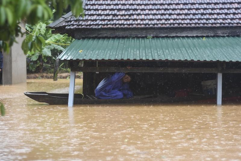 Lũ lịch sử, nhiều nơi ở thị trấn Lao Bảo vẫn chìm trong nước - ảnh 1