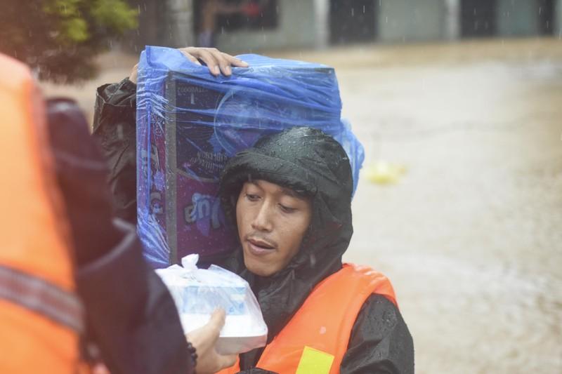 Lũ lịch sử, nhiều nơi ở thị trấn Lao Bảo vẫn chìm trong nước - ảnh 5