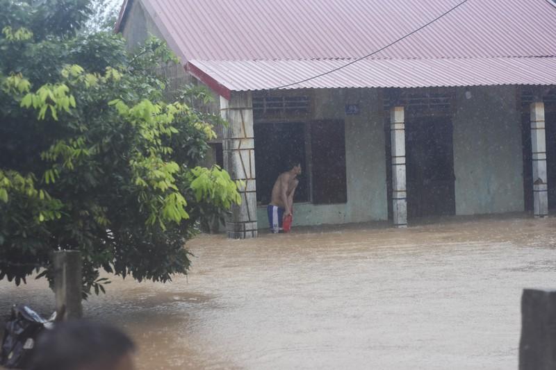 Lũ lịch sử, nhiều nơi ở thị trấn Lao Bảo vẫn chìm trong nước - ảnh 13