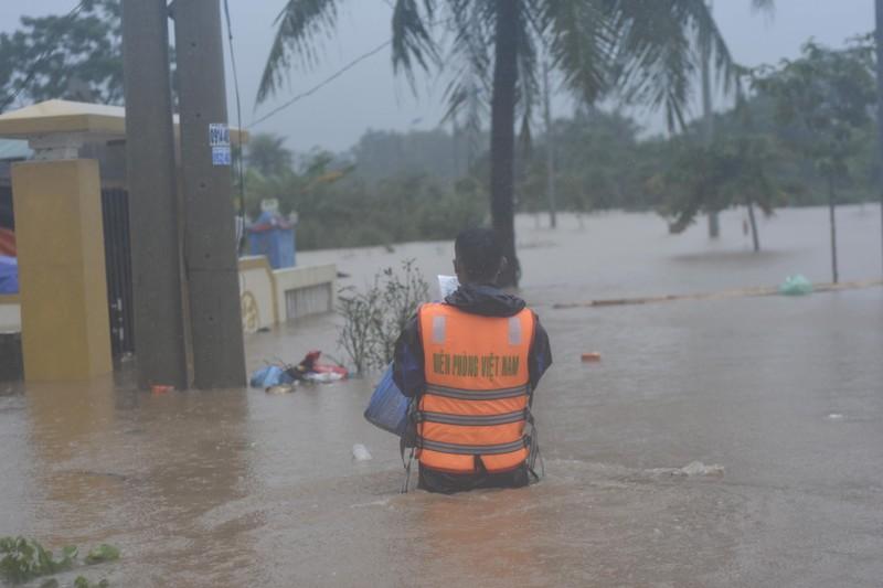 Lũ lịch sử, nhiều nơi ở thị trấn Lao Bảo vẫn chìm trong nước - ảnh 6