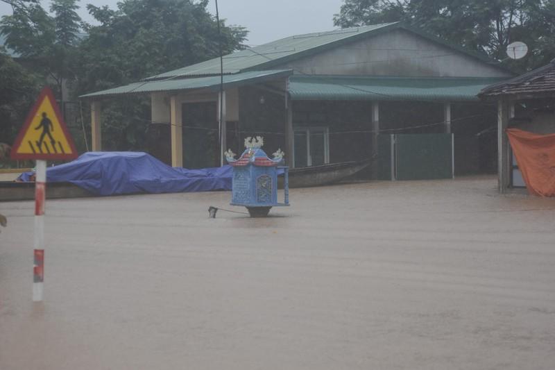Lũ lịch sử, nhiều nơi ở thị trấn Lao Bảo vẫn chìm trong nước - ảnh 3