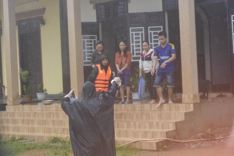 Lũ lịch sử, nhiều nơi ở thị trấn Lao Bảo vẫn chìm trong nước - ảnh 8