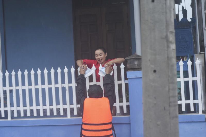 Lũ lịch sử, nhiều nơi ở thị trấn Lao Bảo vẫn chìm trong nước - ảnh 12