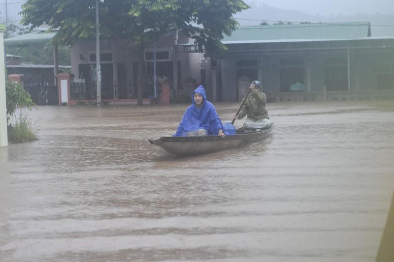 Lũ lịch sử, nhiều nơi ở thị trấn Lao Bảo vẫn chìm trong nước - ảnh 4