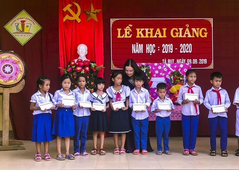 Học sinh vùng lũ Bình - Trị - Thiên khai giảng năm học mới - ảnh 1