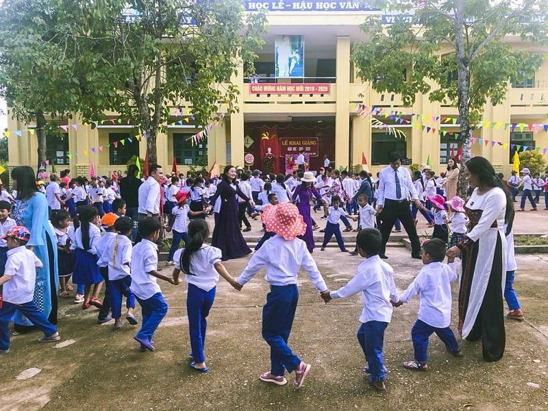 Học sinh vùng lũ Bình - Trị - Thiên khai giảng năm học mới - ảnh 2