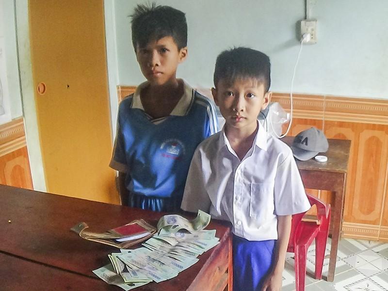 2 học sinh trả lại hơn 16 triệu đồng cho người đánh rơi - ảnh 1