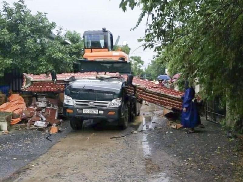 Xe chở máy công trình kéo sập cổng làng, tài xế tử vong - ảnh 1