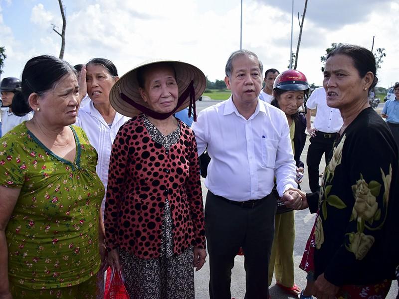 Chủ tịch Thừa Thiên-Huế dẫn người dân đi xem chỗ ở mới - ảnh 1