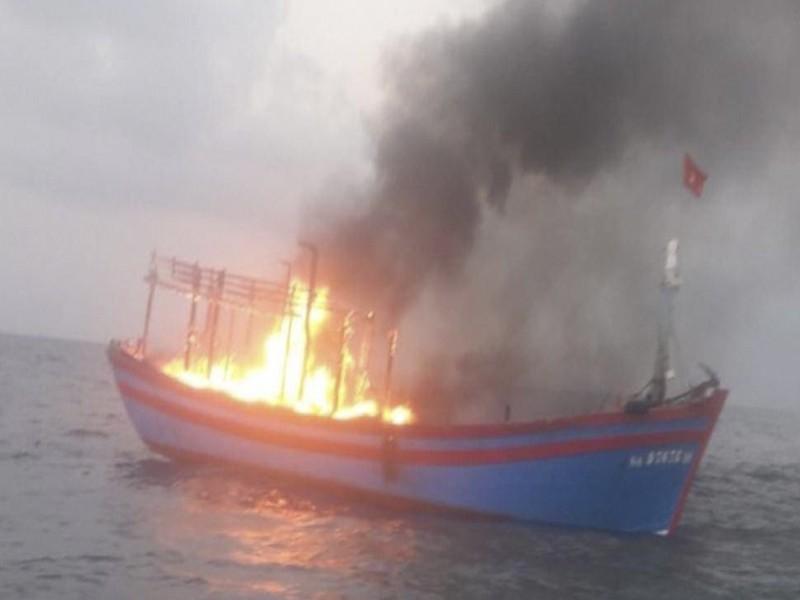 Tàu cá chở 7 thuyền viên bốc cháy trên biển - ảnh 1