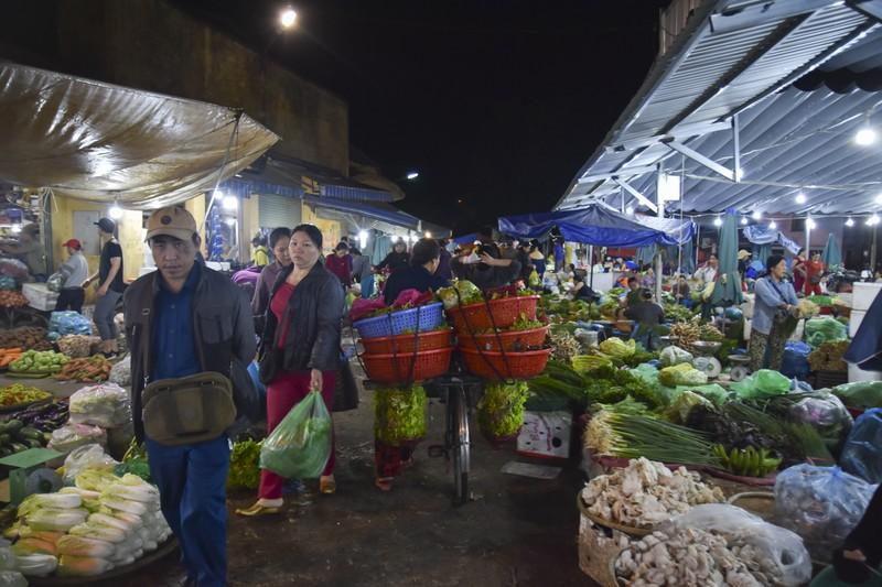 Người dân chen chân trong chợ đầu mối lúc nửa đêm - ảnh 3