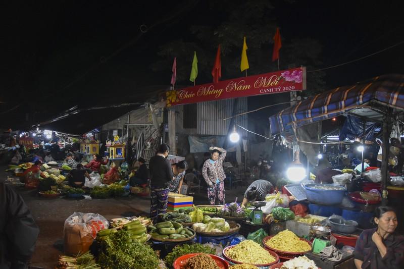 Người dân chen chân trong chợ đầu mối lúc nửa đêm - ảnh 1