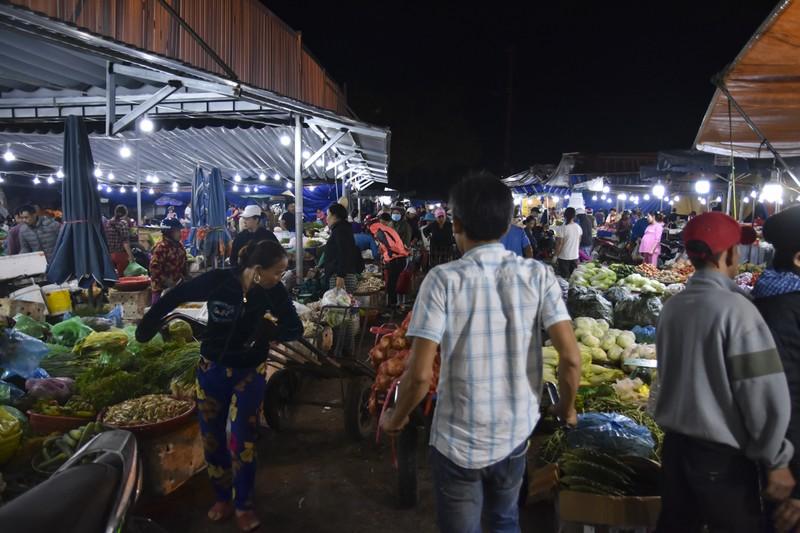 Người dân chen chân trong chợ đầu mối lúc nửa đêm - ảnh 5