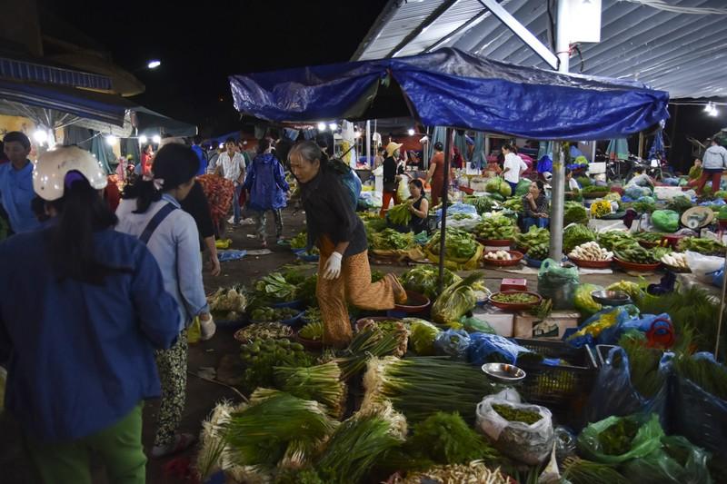Người dân chen chân trong chợ đầu mối lúc nửa đêm - ảnh 11