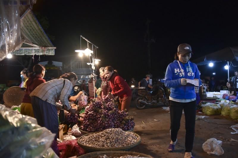 Người dân chen chân trong chợ đầu mối lúc nửa đêm - ảnh 17