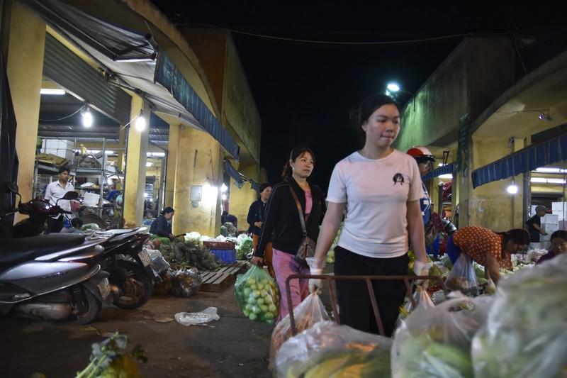 Người dân chen chân trong chợ đầu mối lúc nửa đêm - ảnh 16