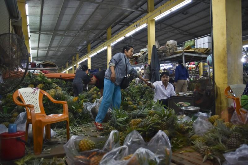Người dân chen chân trong chợ đầu mối lúc nửa đêm - ảnh 8