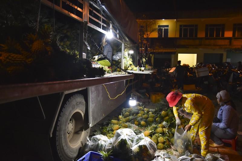 Người dân chen chân trong chợ đầu mối lúc nửa đêm - ảnh 4