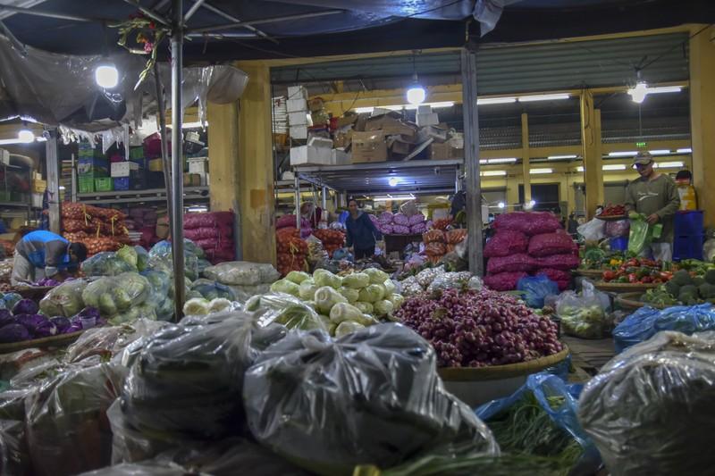 Người dân chen chân trong chợ đầu mối lúc nửa đêm - ảnh 9