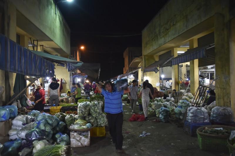 Người dân chen chân trong chợ đầu mối lúc nửa đêm - ảnh 15