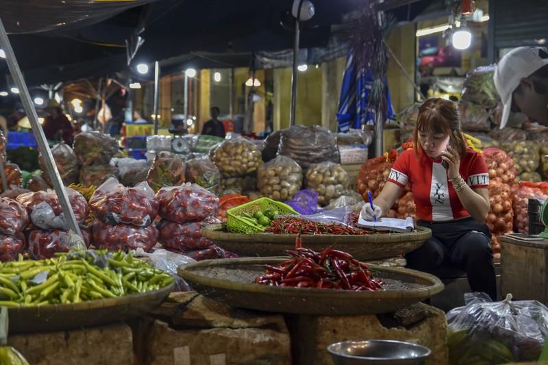 Người dân chen chân trong chợ đầu mối lúc nửa đêm - ảnh 10
