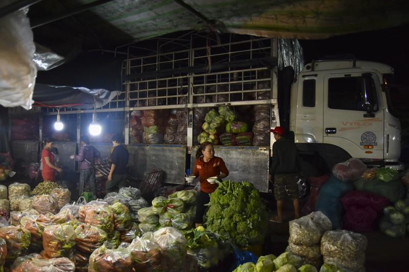 Người dân chen chân trong chợ đầu mối lúc nửa đêm - ảnh 2